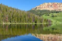 Beartooth Butteberg och björn sjö i den Yellowstone nationalparken, USA arkivfoto