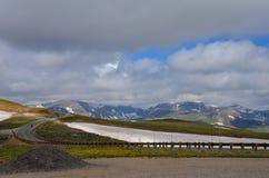 Beartooth huvudvägpasserande i Montana på en solig sommardag arkivfoton