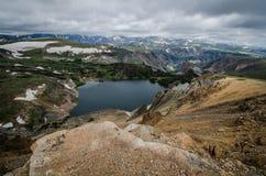 Beartooth huvudvägpasserande i Montana på en sommardag med den alpina sjön royaltyfria foton
