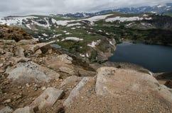 Beartooth huvudvägpasserande i Montana på en sommardag med den alpina sjön royaltyfria bilder