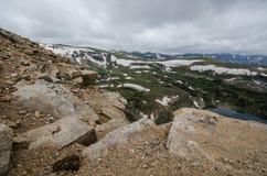 Beartooth huvudvägpasserande i Montana på en sommardag Stora stenblock i förgrund arkivbild