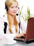 Beasutiful blonde Frau mit Kopfhörer im Büro Lizenzfreies Stockbild