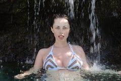 Beaterful Julia in una cascata del raggruppamento Immagini Stock Libere da Diritti