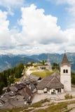 Beatifull与村庄的山风景 库存图片