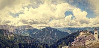 Beatifull与村庄的山风景 免版税库存照片