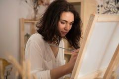 Beatifull żeński artysta rysuje obrazek przy studior Zdjęcia Royalty Free