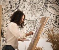 Beatifull żeński artysta rysuje obrazek przy studior Obraz Royalty Free