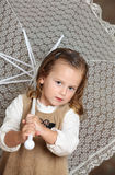 beatifull λευκό ομπρελών κοριτσ& στοκ φωτογραφία με δικαίωμα ελεύθερης χρήσης