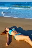 Beatifull donkerbruin meisje die op strandzand liggen Royalty-vrije Stock Foto's