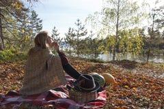 Beatifull dziewczyna je jabłka w jesień lesie Zdjęcia Royalty Free