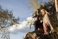 Beatifull dziewczyna w jesień lesie Zdjęcie Royalty Free