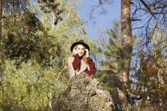 Beatifull dziewczyny obsiadanie w jesień lesie Obraz Stock