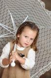 Beatifull Mädchen mit weißem Regenschirm Lizenzfreie Stockfotografie