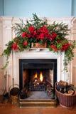 Beatifully adornó la chimenea con el fuego encendido Foto de archivo libre de regalías