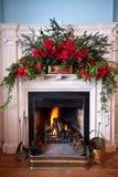 Beatifully adornó la chimenea con el fuego encendido Fotografía de archivo libre de regalías