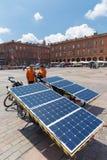 Beatrice und Yannick auf ihren Solarfahrrädern Stockfotografie