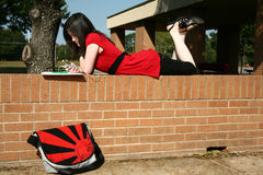 Beatufiul adolescente na escola Foto de Stock