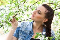 Beatuful Mädchen am Garten lizenzfreies stockfoto