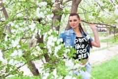 Beatuful Mädchen am Garten stockfotografie