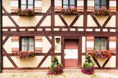 Beatuful wondows en deurenarchitectuur van de gebouwen van Nuremberg, Duitsland royalty-vrije stock afbeeldingen