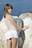 Beaty auf einem weißen Felsen nahe dem Meer Lizenzfreie Stockfotos