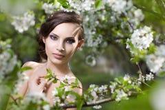 Beaty Mädchen in blühendem Garten Stockfotografie