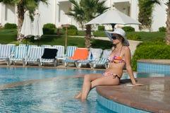 Beaty nos óculos de sol e no chapéu branco Imagem de Stock Royalty Free