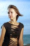 Beaty su una spiaggia ad un indicatore luminoso di tramonto Immagine Stock
