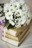 Beau épousant toujours la vie avec le bouquet photo stock