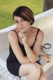 Beau amincissez la femme caucasienne convenable de brune dans de petits dres noirs Image libre de droits