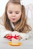 Beau ange de petite fille avec une bougie Photographie stock