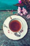 Beau, anglais, tasse de thé de vintage avec les fleurs japonaises de cerisier, fin  photographie stock