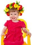 Beau appréciez une gentille petite fille se repose sur une chaise Photo stock