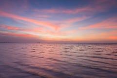 Beau après ciel de coucher du soleil au-dessus d'horizon de littoral Photo stock