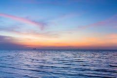 Beau après ciel de coucher du soleil au-dessus du littoral, fond naturel de paysage Image stock