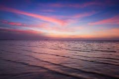 Beau après littoral d'horizon de coucher du soleil Photo stock