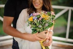Beau aucun portrait de visage des couples dans l'amour avec le bouquet des fleurs Photographie stock libre de droits