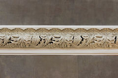 beau bâti beige de décor artsy sur le mur des feuilles à l'intérieur de la cathédrale photos stock