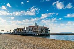 Beau bâtiment au parc de bord de la mer Image libre de droits