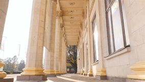 Beau bâtiment avec les piliers grands Appareil-photo dans le mouvement Mouvement lent Ukraine kiev 07 11 18 parc VDNH banque de vidéos