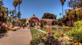 Beau bâtiment de jardin botanique avec l'étang dans l'avant au Ba images stock