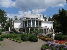 Beau bâtiment en parc photographie stock libre de droits