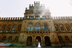 Beau bâtiment et un couple pendant le jour du mariage Images stock