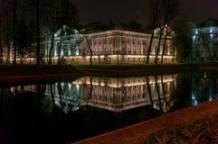 Beau bâtiment illuminé par des lumières réfléchies en rivière image libre de droits