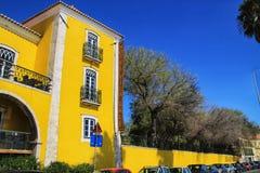 Beau b?timent jaune avec le jardin ? Lisbonne images libres de droits