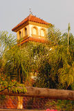Beau bâtiment niché dans le jardin aménagé en parc photos stock