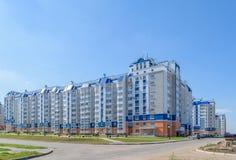 Beau bâtiment résidentiel à plusiers étages dans le nouveau secteur de c Photo libre de droits
