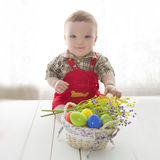 Beau bébé émotif mignon s'asseyant avec l'oeuf de pâques images stock