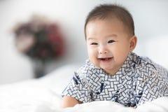 Beau bébé asiatique mignon de sourire images stock