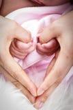 Beau bébé avec la main d'utilisation de maman Image stock